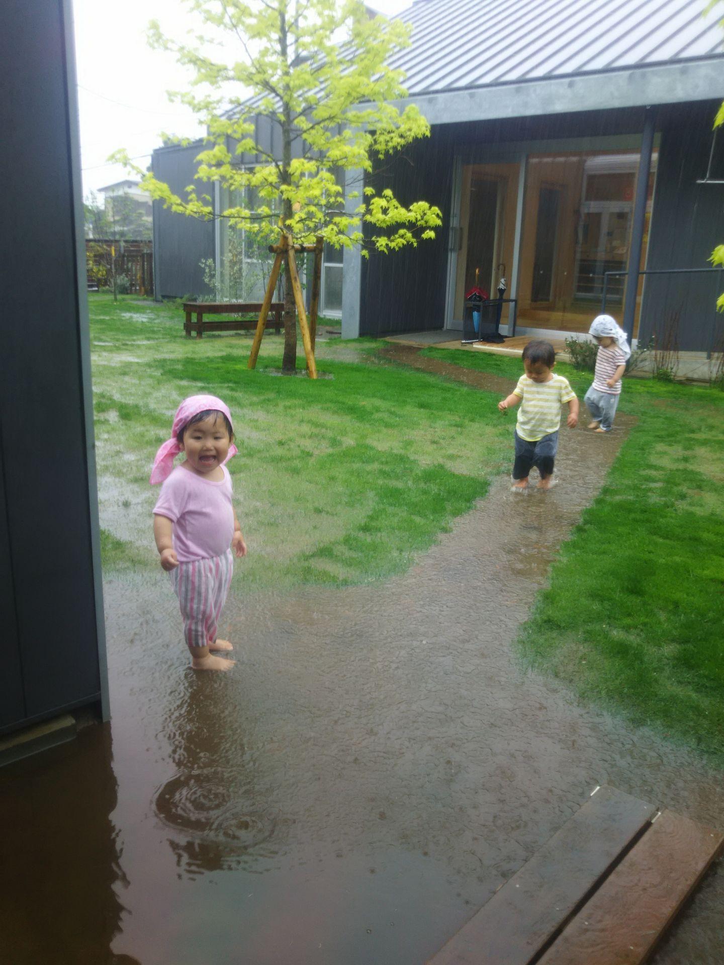 雨の日の保育(乳児棟より)